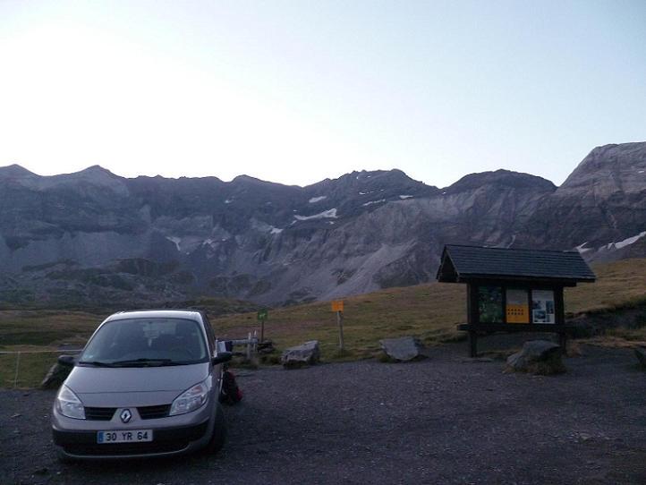 Depuis l`aire de stationnement du cirque de Troumouse 2100 m, le pic de la Munia au lever du jour