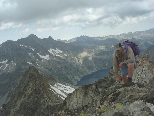 Arrivée au sommet du pic Maubic (3058 m), devant le pic de Néouvielle, des fleurs