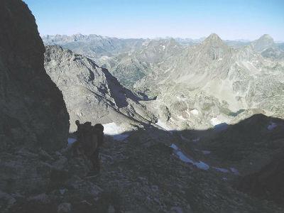 Au-dessus de l`abri Michaud, montée vers la crête frontière, Arriel et Ossau dans le dos