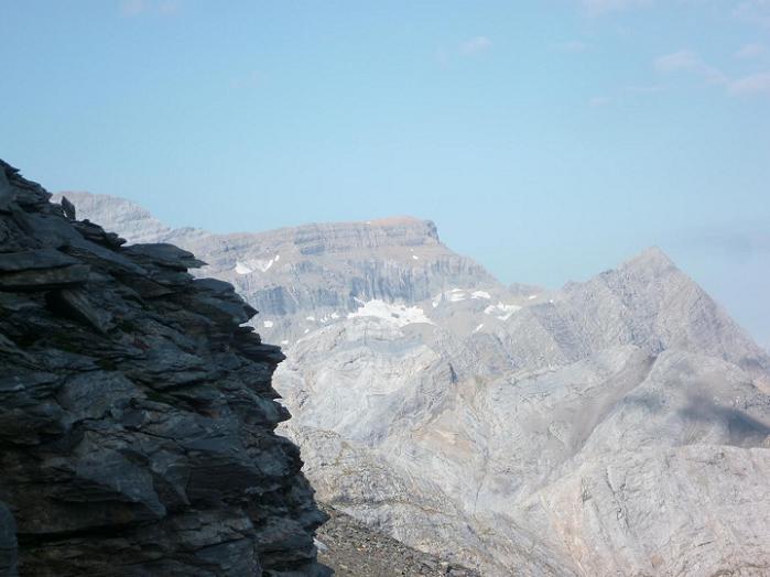 En progressant vers le col de la Munia, le Cilindro, le Marboré et les Astazou apparaissent