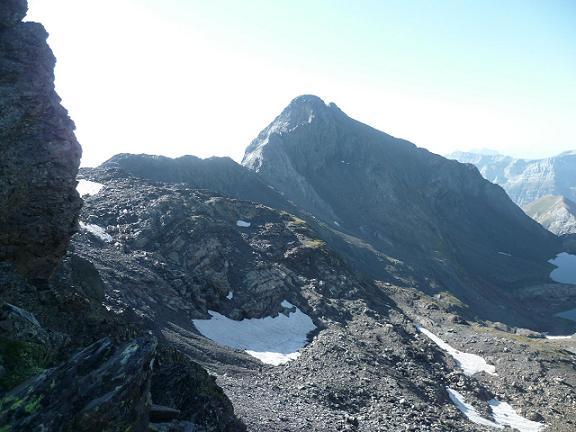 Arrivée sur la crête occidentale du pic de la Munia, au-dessus du col de la Munia, face au pico de la Robinera