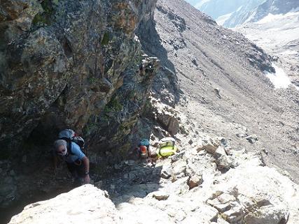 Remontée de la cheminée qui mène sous un bloc coincé situé au pied du Pas du Chat