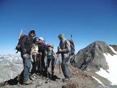 Au sommet du pic de Cerbillona (3247 m), devant le pic du Clot de la Hount