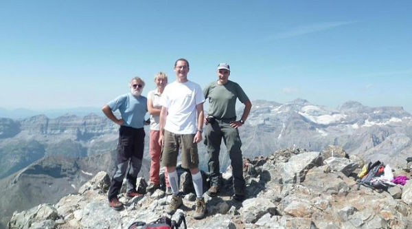 Au sommet du pic de la Munia 3133 m, devant le massif du Monte Perdido