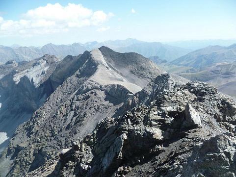 Du sommet du pic de la Munia 3133 m, les pics de Serre Mourène et de Troumouse
