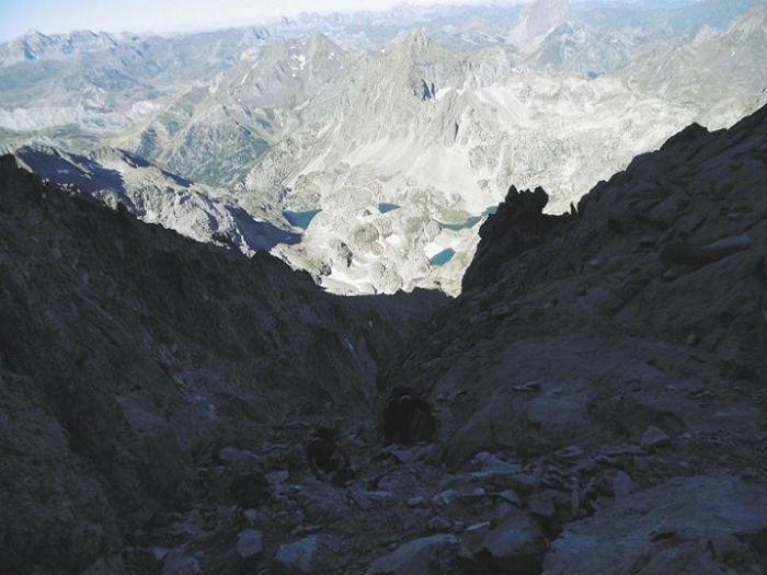 Remontée de la Grande Diagonale avec le pic et les lacs d`Arriel dans le dos