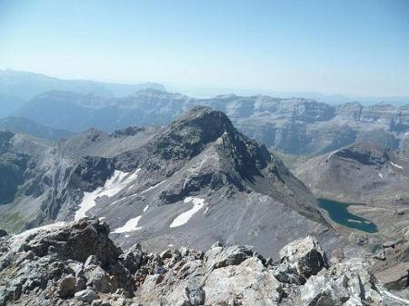 Du sommet du pic de la Munia 3133 m, le pico de la Robinera et les lacs de la Munia