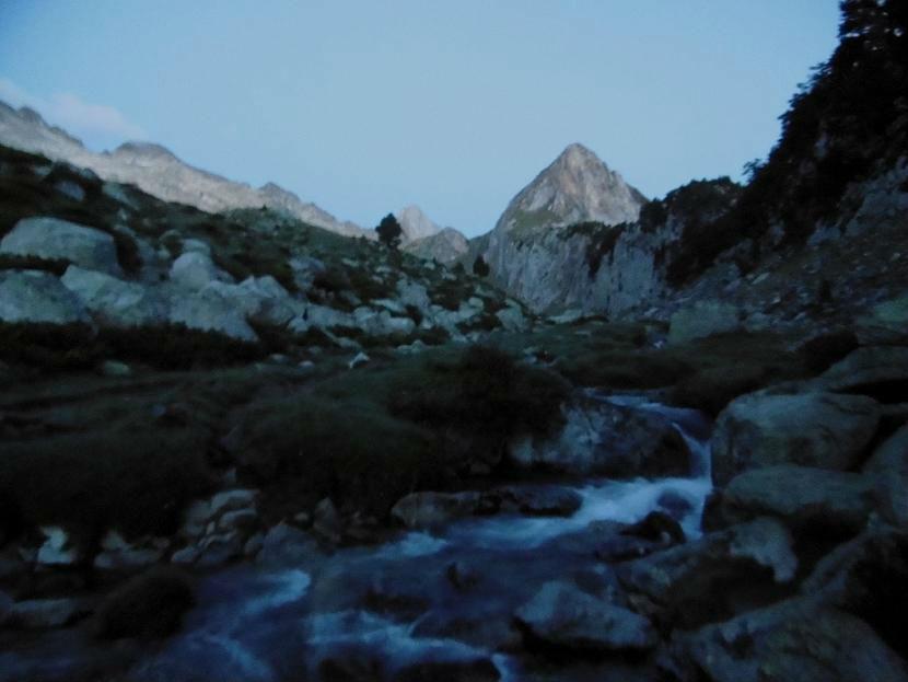 Remontée rive gauche du ruisseau issu du Ibn de la Renclusa, face au pico de Paderna