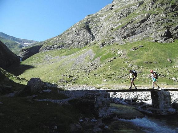 Traversée de la passerelle qui enjambe le torrent des Oulettes d`Ossoue (1866 m)