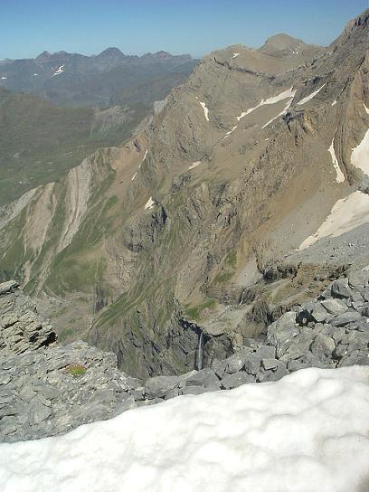 Du sommet de la Tour, les pics Astazou et le haut de la Grande Cascade