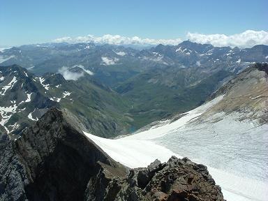 Du sommet du Vignemale, le glacier et la vallée d'Ossoue