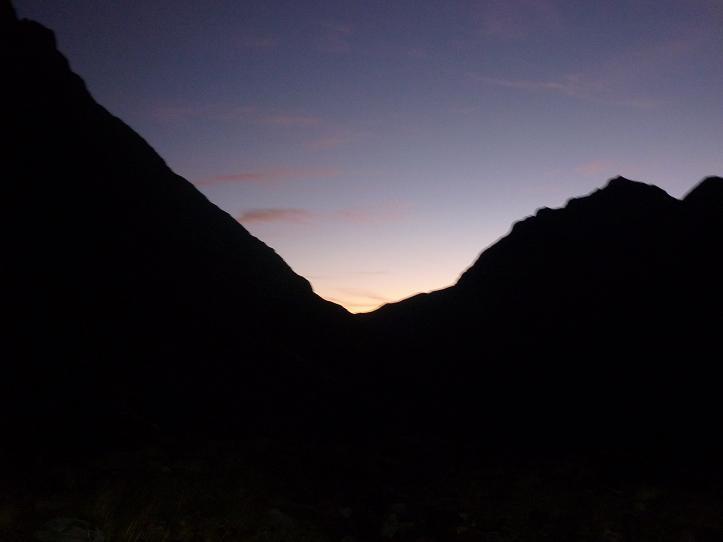 En progessant dans la vallée de la Pez, regard derrière, le jour se lève