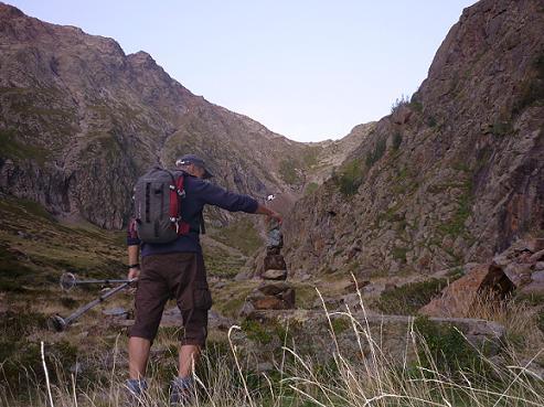 En remontant la rive gauche de la vallée de la Pez, confection d`un cairn