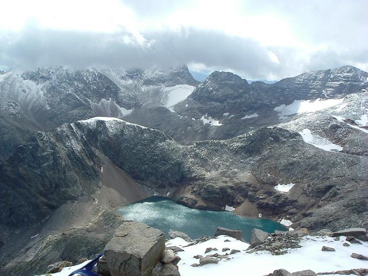Du sommet du pic des Spijeoles, le Perdiguère dans les nuages et le lac Glacé