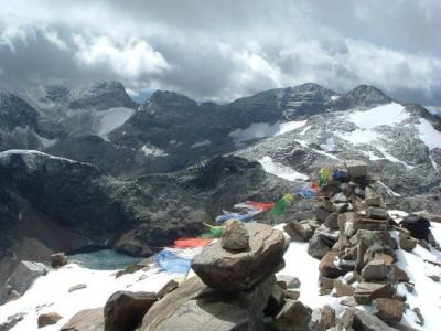 Du sommet du pic des Spijeoles, le Perdiguère dans les nuages et le Seil de la Baque