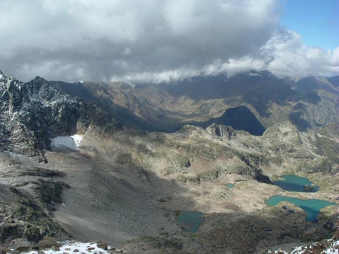 Du sommet du pic des Spijeoles, le vallon des Gourgs Blancs et ses superbes lacs