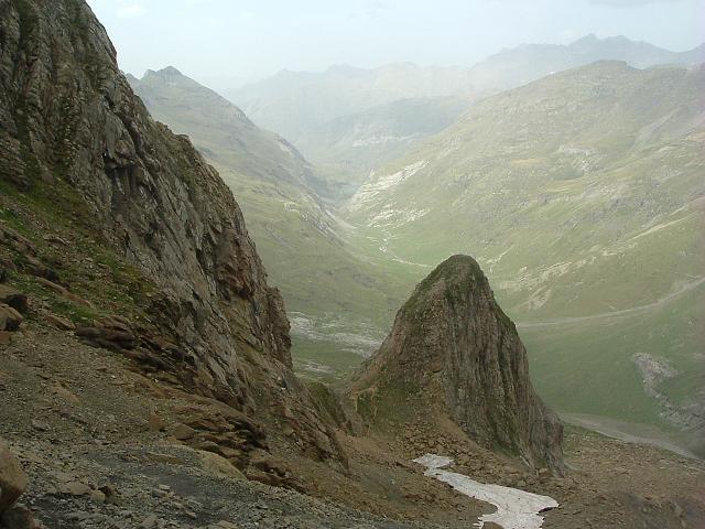 Retour par le couloir de Tuquerouye qui domine la borne du même nom et la vallée d'Estaubé