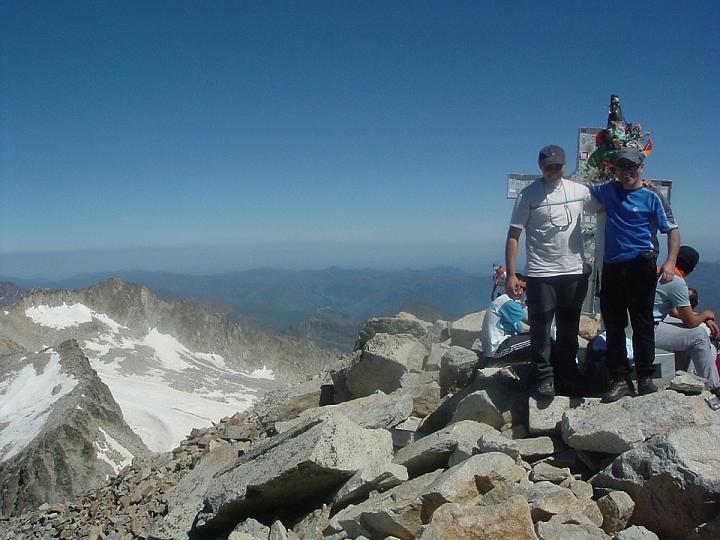 Jean-François et Robert, les cousins, tels des moustiques au sommet du géant pic d Aneto 3404 m