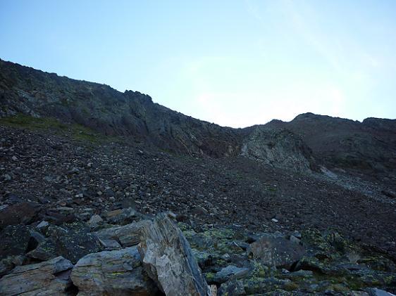 Remontée de la zone d`éboulis pour revenir vers la crête du pico del Puerto de la Pez