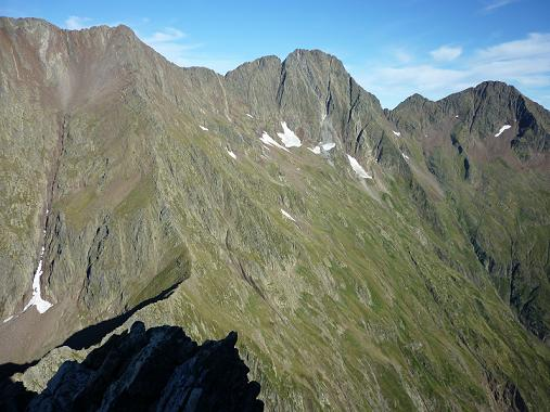 Depuis la crête du pico del Puerto de la Pez, les pics de Guerreys, de Lustou et Parraouis