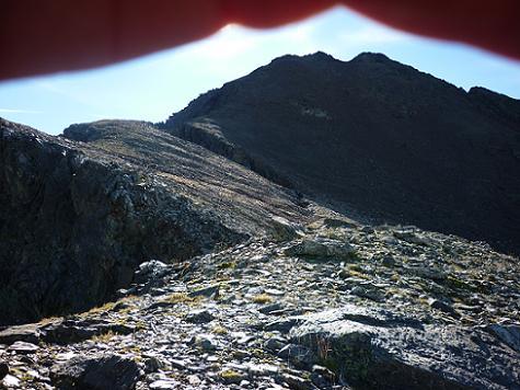 Depuis la crête du pico del Puerto de la Pez, les sommets à portée de main, avec le soleil en face