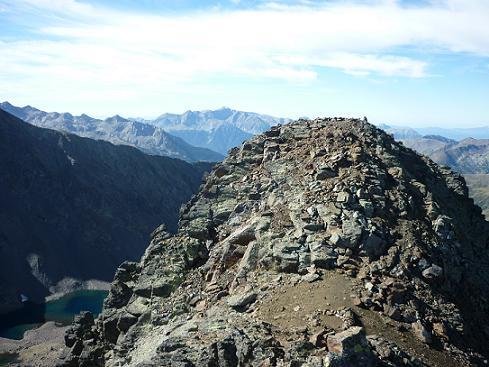 Du sommet du pico del Puerto de la Pez 3018 m, son voisin le pico de la Pez 3024 m prochain objectif