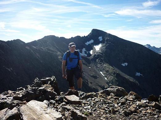 Arrivée au sommet du pico de la Pez ou pic de la Pez 3024 m, le Gran Bachimala dans le dos