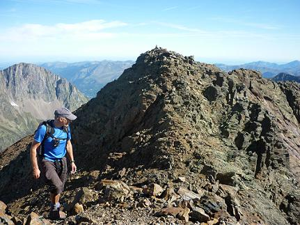Du sommet du pico de la Pez 3024 m, son voisin le pico del Puerto de la Pez 3018 m