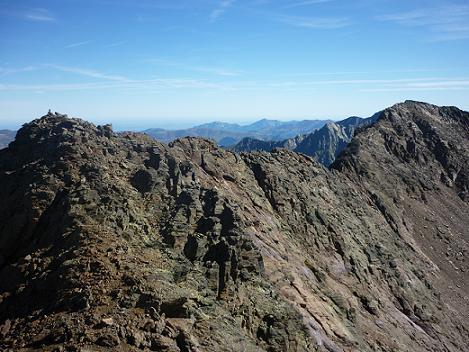 Du sommet du pico de la Pez 3024 m, le pico del Puerto de la Pez et le pic de l`Abeillé