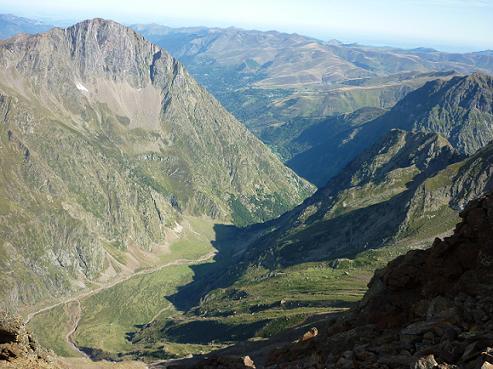 Dans la descente, retour sur la crête, au-dessus de la vallée de la Pez