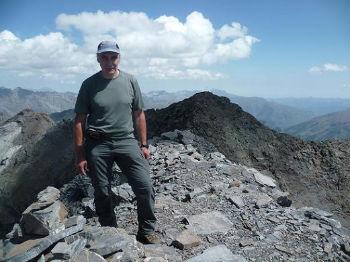 Au sommet du pic de Serre Mourène 3090 m, devant le pic de Troumouse