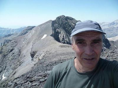 Arrivée au sommet du pic de Serre Mourène 3090 m, le pic de la Munia et la Petite Munia dans le dos