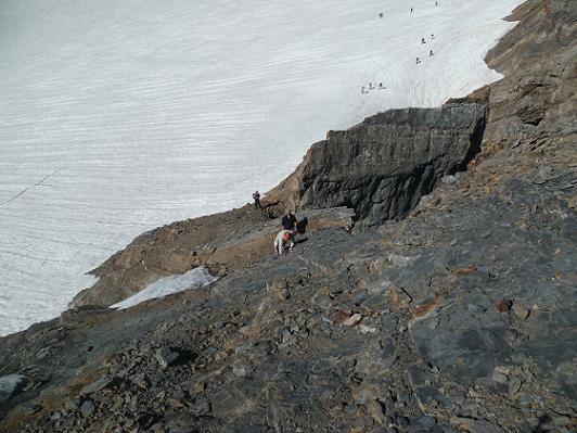 En gravissant la crête Sud-Ouest du Piton Carré, regard en contrebas vers le glacier d`Ossoue