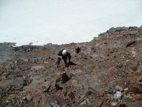 Dans l`escalade des rochers de la Pique longue du Vignemale, regard en contrebas vers le glacier d`Ossoue