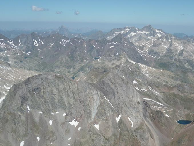 Du sommet de la Pique Longue du Vignemale 3298 m, pic du Midi d`Ossau et Balatous