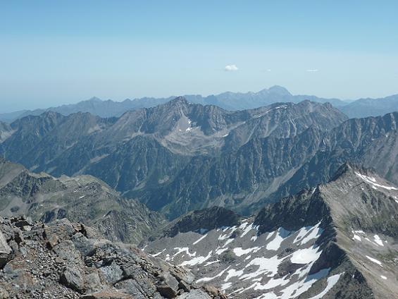 Du sommet de la Pique Longue du Vignemale 3298 m, pic d`Ardiden et pic du Midi de Bigorre