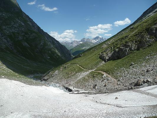 Descente vers la vallée des Oulettes d`Ossoue, face aux pics d`Astazou et du Marboré