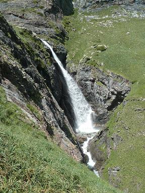 Dans la descente vers la vallée des Oulettes d`Ossoue, belle cascade dans le Barranco d`Ossoue