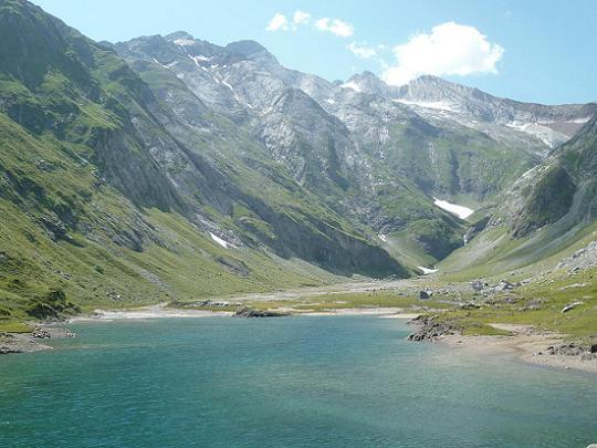 Du barrage d`Ossoue 1834 m, la vallée des Oulettes d`Ossoue et le Vignemale