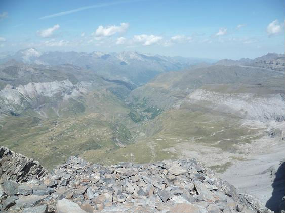 Du sommet du pic de Serre Mourène 3090 m, le Vignemale et la vallée de Héas
