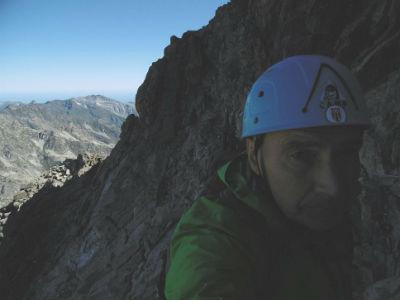 Remontée de la cheminée donnant accès au sommet du Balatous