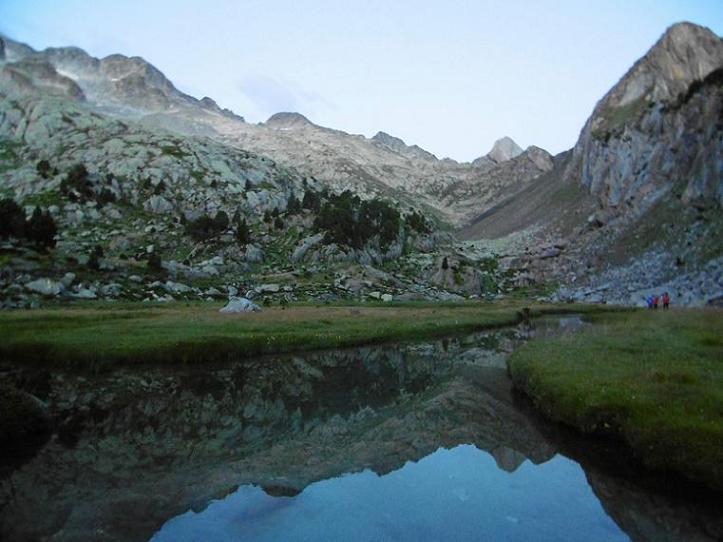 Passage près du Ibn de la Renclusa (2260 m), devant le sommet arrondi du pico de Alba