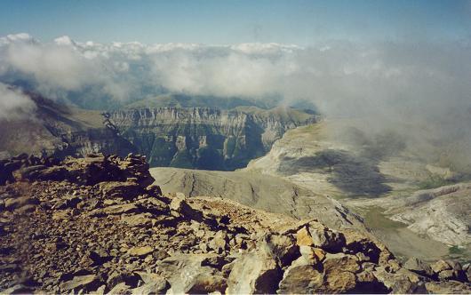 Du sommet du Casque du Marboré, la vallée d'Ordesa