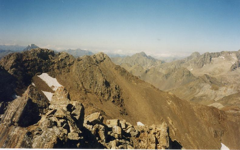 Du sommet du pico de Argualas 3046 m, le pic du Midi d Ossau et les picos de Algas