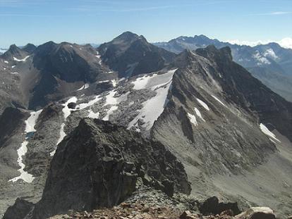Du sommet du pic des Gourgs Blancs 3129 mètres, le Perdiguère et l`Aneto