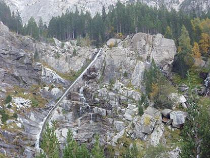 Le Barranc de Comalesbienes cascade par une conduite d`eau naturelle