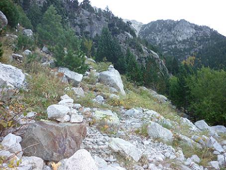 Sur la droite avant la fin de la piste, départ du sentier du Vall de Comalesbienes