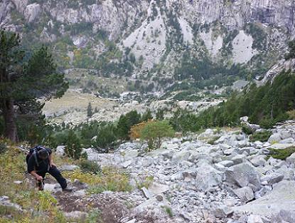 En remontant le raide vallon, en rive droite du Vall de Comalesbienes, regard derrière