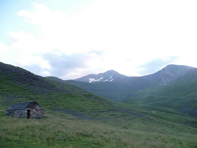 Passage à la cabane de Sarrau (2050 m), devant le Gran Bachimala