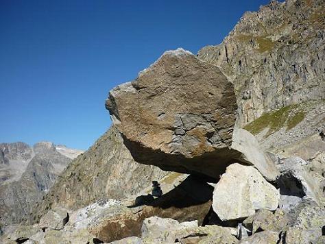 Gros bloc de granit en équilibre et le Comaloforno